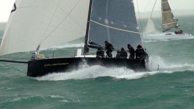 Ungemütlich. Eine 30 Knoten Böe beschleunigt die 35 Fuß Yacht. Bloß nicht aus dem Ruder laufen. © Cusader Yachts