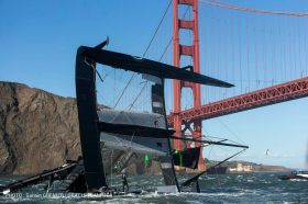 Spithill wirft den Kat direkt vor der Golden Gate Bridge um. © Guilain Grenier / Oracle Team USA
