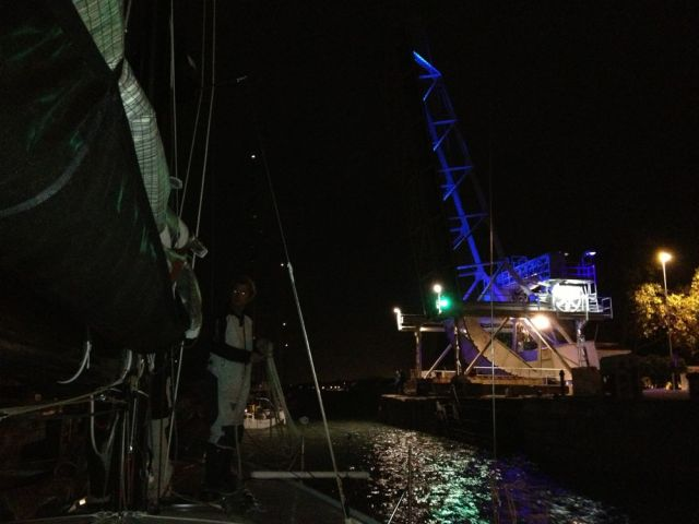 Brücken- und Schleusenöffnung in La Rochelle um 7 Uhr morgens wegen der Tide. Wer den Zeitpunkt verpasst, kann nicht segeln.  © SegelReporter