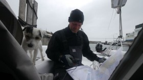 Zu kleines Boot, allein an Bord. Schlechte Seemannschaft? © Digger Hamburg