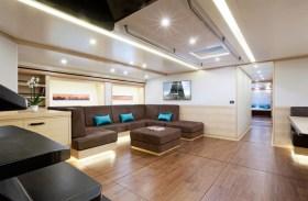 Wally Cento: Regattaboot mit Sommerurlaubsoption und Ledergarnitur in der Lobby, wie der Salon hier angemessen bezeichnet ist © Wally