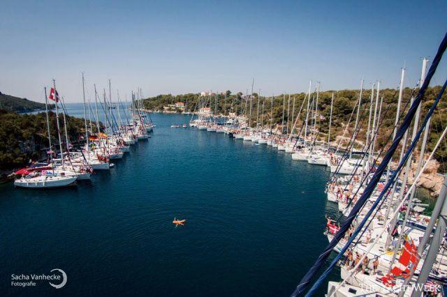 Die Yacht Week Flottille sauber aufgereiht im Mittelmeer. © The Yacht Week