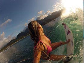 Alana Blanchard lauert auf eine Welle. © Blanchard