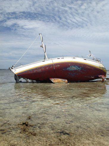 Der Cruiser auf dem Riff. Besonders das Ruder ist schwer beschädigt. © Australian Federal Police