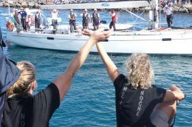 """Die Crew der """"La Medianoche"""" verabschiedet die Racer, die bei Starkwind die ARC beginnen.  © magsail"""