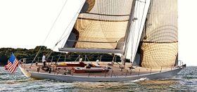 """Geneigter Vorsteven, ein spannungsreicher Deckssprung, ein glattes Deck mit einem ansehnlichen Deckshaus und ein traditionell geneigtes Yachtheck. """"Heronia"""", eine German Frers Konstruktion von 1989, die heute noch gut aussieht"""