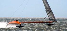 Da hebt sie ab die Sailrocket bei nahezu 70 Knoten. Leerumpf und der vorderer Schwimmer schweben über dem Wasser. © Sailrocket