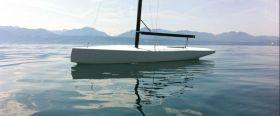 Das Modell auf dem künftigem Heimatrevier des fertigen Bootes, dem Genfer See mit Schneekoppe-Kulisse.  © Marchand