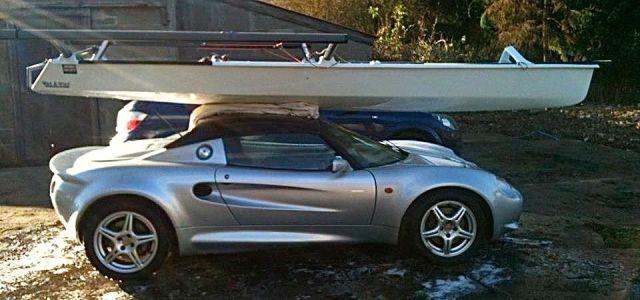 Musto Skiff auf dem Autodach eines Lotus Elise. © Richard Evans