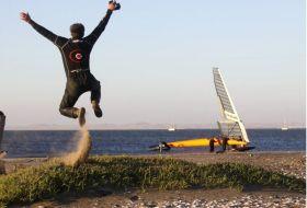 Speed-Pilot Paul Larsen, der schnellste Mensch unter Segeln hebt ab. Er schafft einen unglaublichen Weltrekord. © Sailrocket