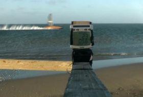 Vestas Sailrocket kurz vor der Passage der Meilen Ziellinie. © Sailrocket