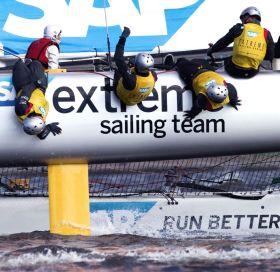 Die Dänen hängen sich auf ihrem Extreme 40 Katamaran voll rein. © Lloyd Images
