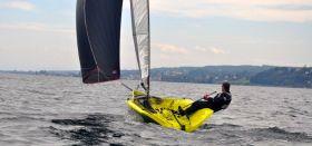 Das neue Karbon-Einhand Skiff mit Gennaker aus der Schweiz. © Astom Marine