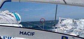 Francois Gabart raste an seinem Widersacher Armel Le Cléac'h vorbei, kann ihn seitdem aber nicht abschütteln. Er segelt in Sichtweite (roter Kreis).  © Gabart