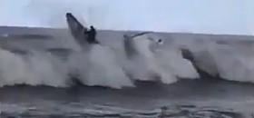 Das Motorboot kommt einigermaßen heil durch, der Opti überschlägt sich rückwärts.
