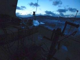 Konfuse See, schwere Brecher. Die Aussicht aus dem Cockpit von Mike Golding. © Golding
