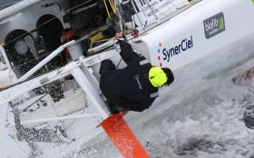 So wird Jean Le Cam auch im Southern Ocean seinen Kiel inspiziert haben. © © Vincent Curutchet / Dark Frame / DPPI