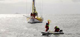 Bernard Stamm beim Pitstopp am Kap Horn mit der Crew der Pakea Bizkaia