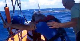 Der Skipper wird von seiner Frau und einem Retter getröstet.