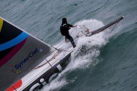"""Der Vendée Globe zweite von 2005 in Aktion auf dem Vorschiff von """"SynerCiel"""""""