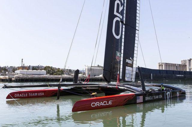 """""""Oracle Team USA 17"""" schwimmt."""