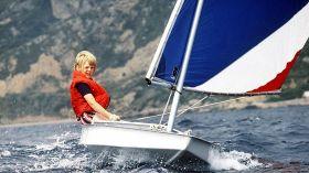 Kronprinz Willem Alexander beim Segeln in Italien auf einem Sunfish.