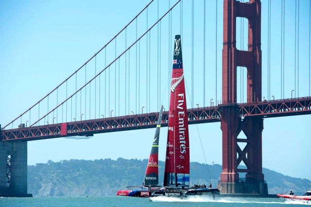 Emirates Team New Zealand unter der Golden Gate Bridge