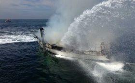 Die Yacht brennt