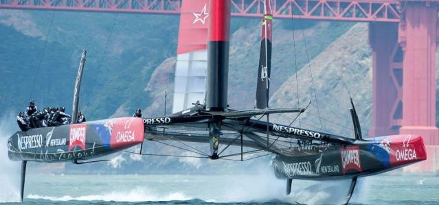 Emirates Team New Zealand vor der Golden Gate Brücke.