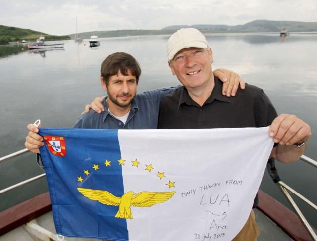 Dino (links) glücklich mit Azoren Flagge und dem Finder seiner Yacht, Michael © Yachting Monthly