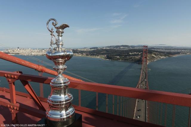 Der America's Cup auf dem nördlichen Pfeiler der Golden Gate Bridge mit Blick auf das ösliche Ende des Regattarevieres - im Hintergrund San Francisco City © ACEA /
