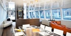 Im Prinzip ist die Nativa ausgebaut wie die häusliche Kajüte: Glastisch, Sideboards, Designersofa und Treppenhaus zu den Gemächern © Arzana Navi