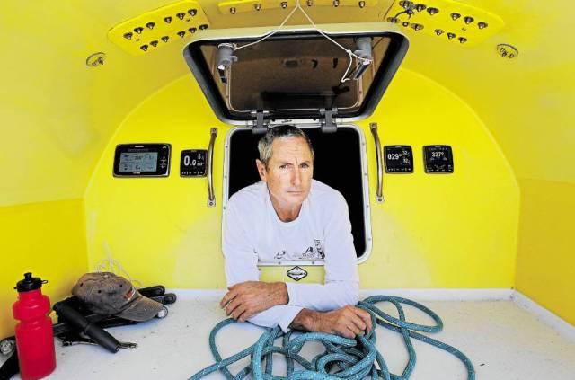 """MacFadyen in nachdenklicher Pose auf """"Funnelweb"""" © Newcastle Herald"""