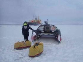 Ende eines Traums: Im Hintergrund wartet der Eisbrecher, der Mast ist gelegt © roubinet