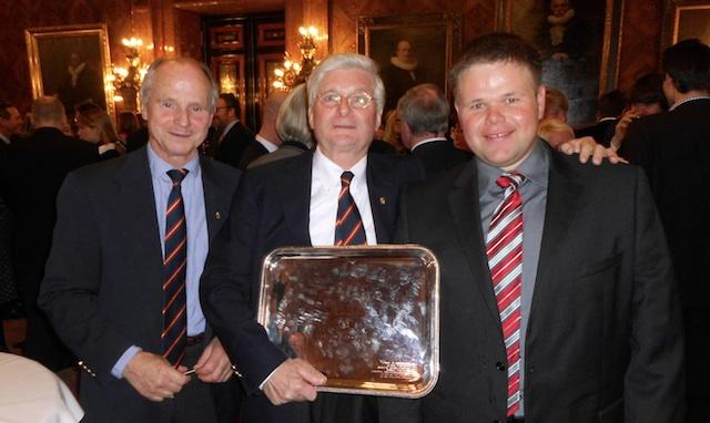 "Jens Kellinghusen mit dem German Offshore Award, Günter Alajmo und Jan Hilbert (r.) aus dem ""Varuna"" Team © AB - SegelReporter"