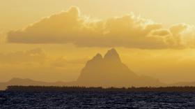 Bora-Bora taucht aus dem Morgendunst auf © eitzinger