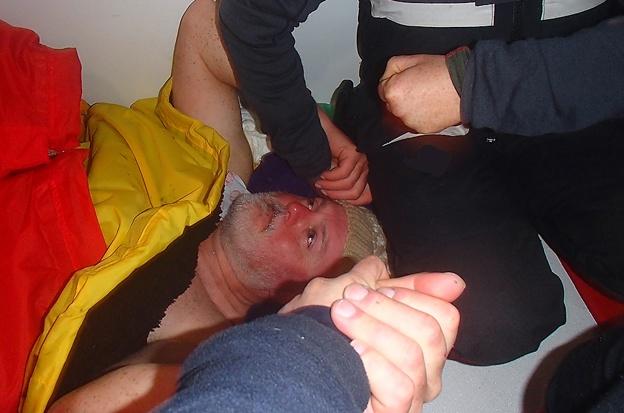 Knapp geschafft: Andrew Taylor nach seiner Rettung © clipper Race