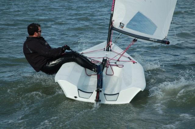 Richtig hängen an der Kreuz kann man auch hier – mit knapp neun Quadratmetern Segelfläche kein Wunder! © rs aero sailing