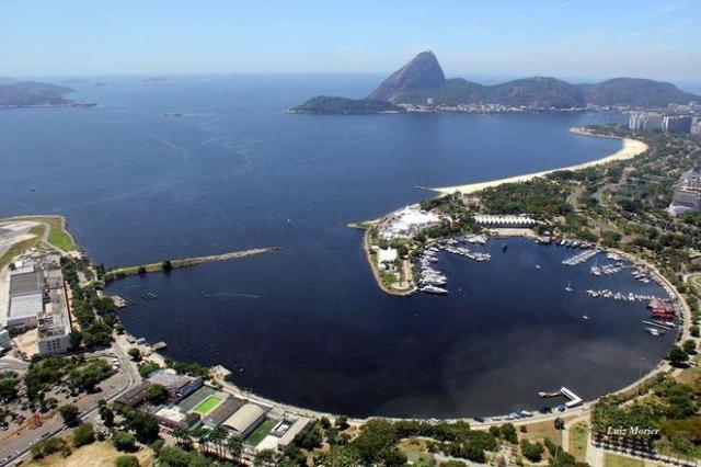 Selbst bei den offiziellen Urlaubsfotos muss man sich mit der Drecksschliere mitten in der Bucht abfinden © Secretaria de Estado do Ambiente do Rio