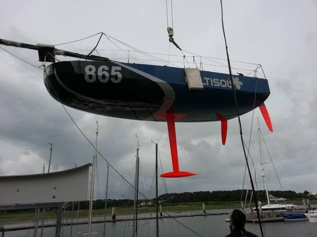 Fliegende Untertasse. Der neue plattbügige 6 1/2 m Mini 'Cultisol' beim Einwassern © Davy Beaudart
