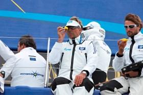 """""""Schümi"""" immer auf der Suche nach deutschen Segeltalenten - hier mit Boris Herrmann (rechts) auf der """"Esimit Europa 2"""" beim Welcome Race der Kieler Woche 2013."""