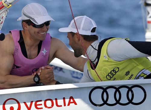 Tobi Schadewaldt gratuliert Philipp Buhl zum Kieler Woche Sieg im Laser. © Kieler Woche /OKpress
