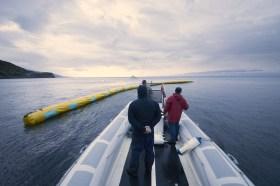 Barrieren-Prototypen beim Verankern vor der Küste © ocean cleanup