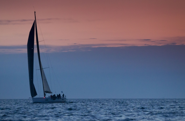 """Die chinesische """"Windward"""" erreichte als zweite Swan 60 im Morgengrauen das Ziel der dritten Etappe vor Warnemünde © nordstream"""