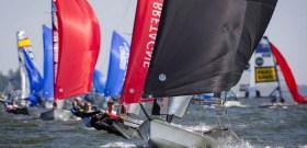 83 Männer-Teams kämpfen noch bis Sonntag um die EM-Krone der 49er.  © Mick Anderson / sailingpix.dk