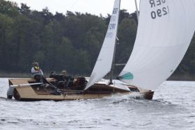 Ziemlich sportliches Tourenboot oder tourentaugliches Regattaschiff © sekura