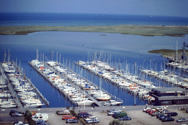 Blick über die Marina Wendtorf und den Bottsand vor 24 Jahren. Das Naturschutzgebiet liegt heute höher und wehrt Hochwasser ab.  ©Andreas Kling