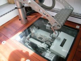 Die Maschine der Bestevaier 66 t 'Anabel' unter einem gläsernen Bodenbrett © K&M Werft