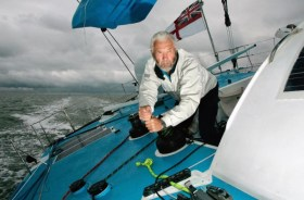Musste mit gerissenem Großsegel aufgeben: Sir Robin Knox-Johnston auf dem Open 60 'Grey Power'.  Foto: RORC