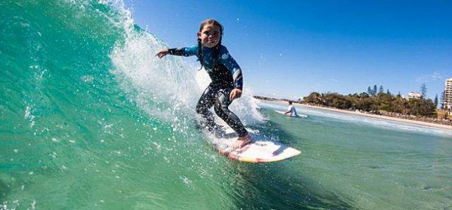 Quincy Symonds (6) beim Wellenreiten.